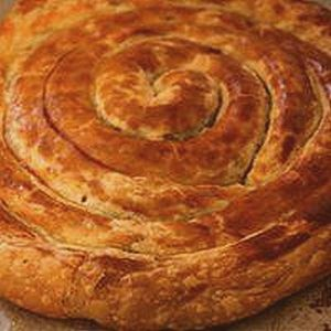 Puff pastry snail stuffed with apples and almonds